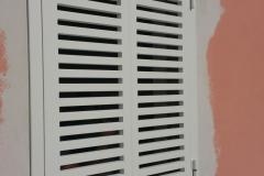 Installazione persiana in ferro con verniciatura color bianco