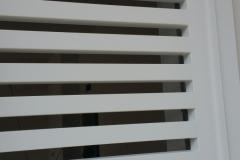 Fissaggio persiana in ferro color bianco