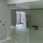 Installazione parete in vetro per ufficio